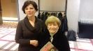 Lucia Retman trzyma w rękach ostatni nr Podkarpackiej Historii
